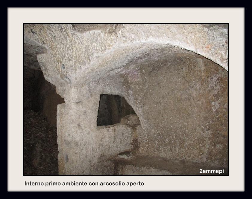 1-interno primo ambiente con arcosolio aperto a finestra