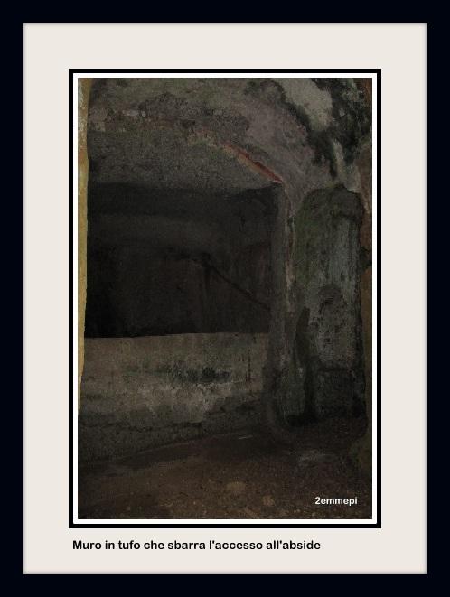 1-muro di tufo che sbarra l accesso all'abside